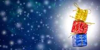 与多彩多姿的礼物盒、落的雪和自由空间的圣诞节和新年的背景文本的 图库摄影