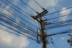 与多根导线的电源杆 免版税图库摄影