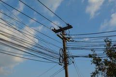 与多根导线的电源杆 库存图片
