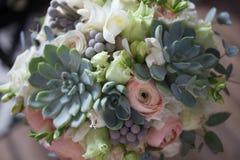 与多汁植物的婚姻的花束趋向2018年 免版税库存照片