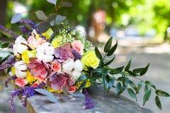 与多汁花的婚礼花束在减速火箭的样式 免版税库存图片