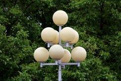 与多球形的光的葡萄酒减速火箭的多平实金字塔样式路灯到底登上在强的金属杆顶部与 库存照片