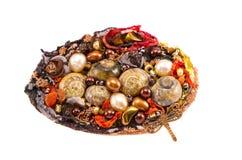 与多种石头和壳的手工制造别针 免版税库存照片