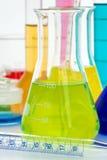 与多种色的液体的实验室玻璃器皿 库存照片