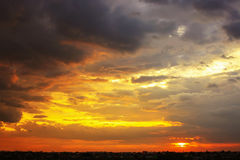 与多色云彩的美丽的日落天空在strom以后 改良 库存图片