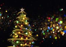 与多色的光的积雪的圣诞树 库存照片