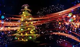 与多色的光的积雪的圣诞树 免版税库存图片