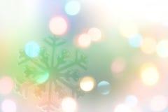 与多色Bokeh的在蓝色背景的雪花和星 库存照片