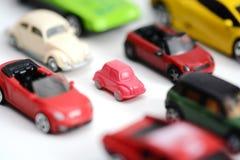 与多辆玩具汽车的交通堵塞概念在白色背景 库存图片