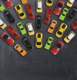 与多辆玩具汽车的交通堵塞概念在黑板 库存图片