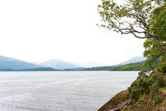 与多雨天气的阴暗风景在Loch Lomond湖 免版税库存图片