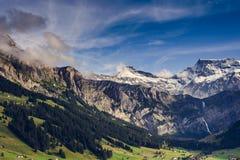 与多雪的山峰的风景山风景 免版税库存照片