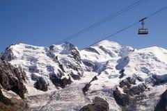 与多雪的山的悬索铁路 免版税库存照片