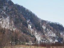 与多雪的山的美好的风景和沙子开户 免版税库存图片
