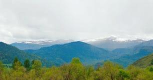 与多雪的山的美好的高山风景 免版税库存图片