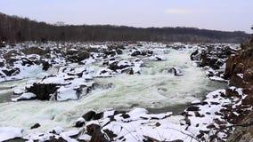 与多雪的岩石的伟大的秋天冬天浪端的白色泡沫瀑布-宽射击-巨大秋天国家公园 影视素材