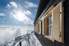 与多雪的房子的剧烈的冷漠的场面 免版税库存图片