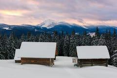 与多雪的房子的意想不到的风景 图库摄影