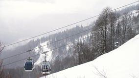 与多雪的树和缆索铁路报道的山坡的冬天风景用移动的客舱,滑雪场 ?? ?? 股票录像