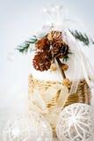 与多雪的锥体和白色中看不中用的物品的装饰 库存图片