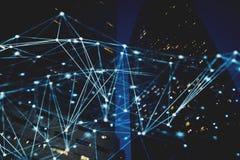 与夜城市的抽象互联网连接网络有背景的摩天大楼的 库存图片