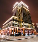 与夜照明堡垒塔的大厦 俄国 圣彼德堡 2017年12月01日 库存图片