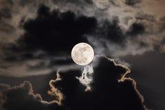 与夜空和云彩的Supermoon 免版税图库摄影
