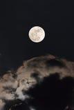 与夜空和云彩的Supermoon 免版税库存图片