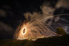 与夜空的勇敢的灼烧的火火花覆盖 库存照片