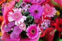与大丁草和雏菊的美丽的五颜六色的桃红色花花束礼物或庆祝的 免版税库存照片