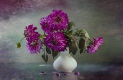 与大丽花花束的静物画  图库摄影