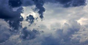 与大云彩和日落的灰色多雨天空 图库摄影