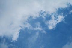 与大云彩的蓝天 免版税库存照片