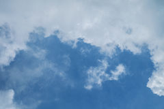 与大云彩的蓝天 库存图片