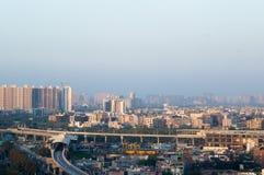 与大厦和地铁车站的诺伊达德里都市风景 库存照片