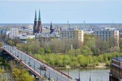 与大厦和桥梁的华沙地平线横跨维斯瓦河 免版税库存照片