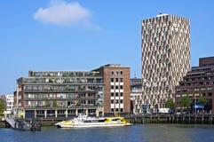 与大厦和水公共汽车的城市视图鹿特丹 免版税库存照片