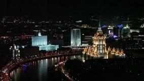 与大厦照明和汽车通行的莫斯科空中夜视图 股票录像