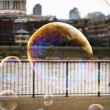 与大厦的反射的肥皂泡在伦敦有在泰晤士河的看法 免版税库存图片