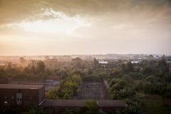 与大厦的日出在遥远的背景-被放弃的印第安纳军队弹药集中处中-印第安纳 免版税库存照片