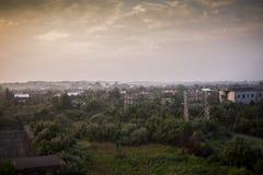 与大厦的日出在遥远的背景-被放弃的印第安纳军队弹药集中处中-印第安纳 免版税库存图片