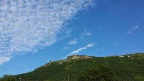 与大厦的清楚的蓝天在山上面 免版税库存图片