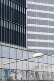 与大厦窗口的垂直的背景 关闭建筑学 库存照片