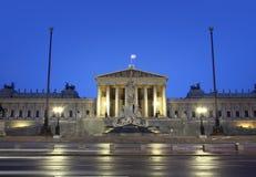 与大喷泉的Parlament维也纳 免版税库存照片