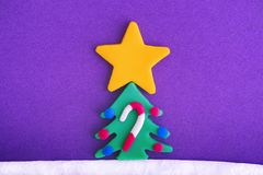 与大圣诞节星、装饰品和棒棒糖的圣诞树 免版税图库摄影