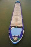 与大块装载的货船在河莱茵河 科隆香水 德国 免版税库存图片