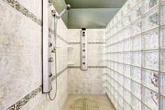 与大块玻璃墙壁的阵雨和瓦片整理 免版税库存照片