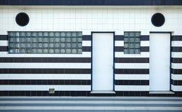 与大块玻璃的蓝色和白色铺磁砖的门面 库存照片