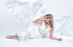 与大天使的美好的年轻模型在演播室飞过放置 库存照片