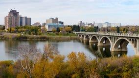 与大学桥梁的萨斯卡通都市风景 免版税库存图片